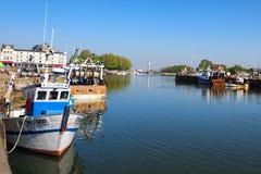 Tappningfiskebåtar i den Honfleur hamnen Fäll ned Normandie, regionen av Calvados, Frankrike Arkivfoto