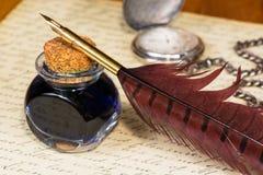 Tappningfjäderpenna och färgpulver Arkivfoto