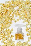 Tappningflaska och bärnstensfärgade stenar för guling Royaltyfri Foto