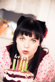 Tappningflicka med födelsedagkakan Royaltyfria Bilder