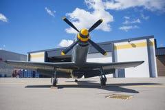Tappningflygplan framme av hangaren, taget i WIndsor Airpor Arkivfoton