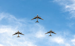 Tappningflygplanflyg i bildande Arkivfoton