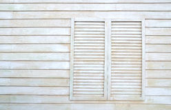 Tappningfönster på träväggen Arkivfoton