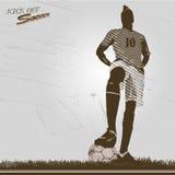 Tappningfotbollspelaren sparkar av Royaltyfri Foto