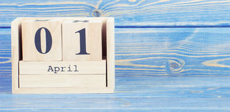 Tappningfoto, April 1st datum av 1 April på träkubkalender Royaltyfri Fotografi