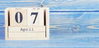 Tappningfoto, April 7th Datum av 7 April på träkubkalender Royaltyfri Foto