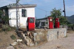 Tappningfoto av den gamla övergav bensinstationen med pumpar, Ukraina Royaltyfri Foto