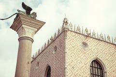 Tappningfoto av den hertigliga slotten och kolonner & x28; Venedig Italy& x29; Arkivbilder