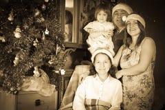 Tappningfoto av den lyckliga familjen Arkivfoton