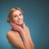 Tappningfoto av en ung kvinna med blont hår och ett toothy leende Fotografering för Bildbyråer