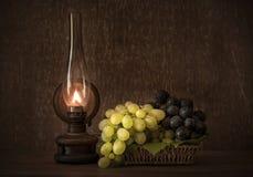 Tappningfoto av nya druvor i korgen Arkivfoto