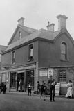 Tappningfoto 1900 av stolpen - kontor LLanfairfechan, Wales royaltyfria bilder
