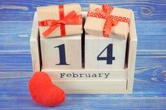 Tappningfoto, datum av 14 Februari på kubkalender, gåvor och röd hjärta, valentindag Royaltyfri Fotografi