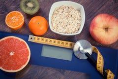 Tappningfoto, elektronisk badrumskala, cm och stetoskop, sund mat, bantning och sunt livsstilbegrepp Royaltyfria Foton