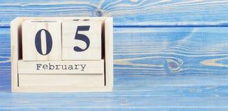 Tappningfoto, Februari 5th Datum av 5 Februari på träkubkalender Arkivbild