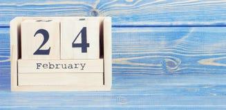 Tappningfoto, Februari 24th Datum av 24 Februari på träkubkalender Arkivfoton