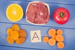 Tappningfoto, feg lever med frukter och grönsaker som källvitamin A, mineraler och fiber, sunt ätabegrepp arkivfoton