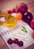 Tappningfoto, frukter, grönsaker och cm med anteckningsboken, bantning och sund mat Arkivfoton