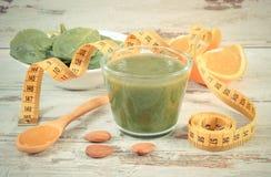 Tappningfoto, ingredienser, ny coctail från spenat och cm, sund näring och bantning Royaltyfri Bild
