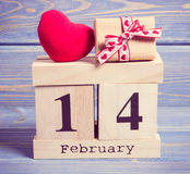 Tappningfoto, kubkalender med gåvan och röd hjärta, valentindag Royaltyfri Bild