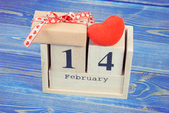 Tappningfoto, kubkalender med gåvan och röd hjärta, valentindag Royaltyfri Foto