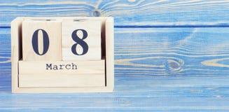 Tappningfoto, mars 8th Datum av 8 mars på träkubkalender Royaltyfri Bild