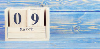 Tappningfoto, mars 9th Datum av 9 mars på träkubkalender Royaltyfria Foton