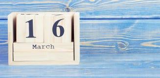 Tappningfoto, mars 16th Datum av 16 mars på träkubkalender Royaltyfri Foto