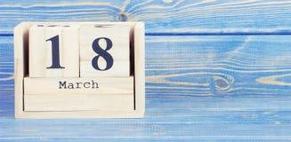 Tappningfoto, mars 18th Datum av 18 mars på träkubkalender Arkivbild
