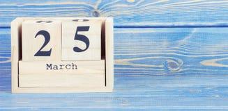 Tappningfoto, mars 25th Datum av 25 mars på träkubkalender Royaltyfri Foto