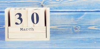 Tappningfoto, mars 30th Datum av 30 mars på träkubkalender Arkivbilder