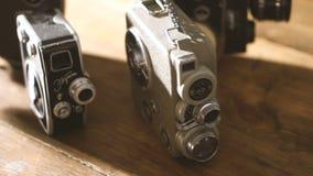 Tappningfoto och videokameror på en trätabell stock video