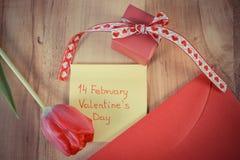 Tappningfoto, valentindag på arket av papper, tulpan, förälskelsebokstav och gåva, garnering för valentin Royaltyfria Bilder