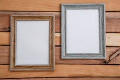 Tappningfotoramar på träbakgrund med utrymme för text och olika foto arkivbild
