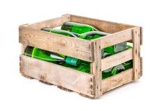 Tappningfyllde trävinspjällådan med vinflaskor fotografering för bildbyråer