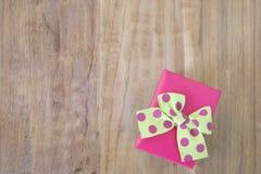 Tappninggåvaask på träbakgrund Royaltyfri Foto