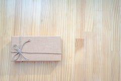 Tappninggåvaask på träbakgrund Arkivfoto