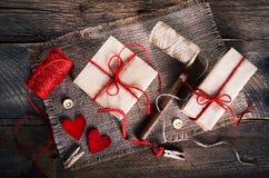 Tappninggåvaaskar med den tomma gåvaetiketten på gammal träbakgrund Royaltyfri Fotografi