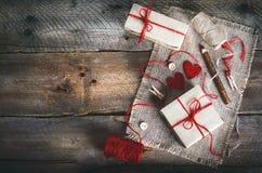 Tappninggåvaaskar med den tomma gåvaetiketten på gammal träbakgrund Royaltyfria Bilder