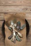 Tappninggaffel och sked på en trätabell Royaltyfri Fotografi
