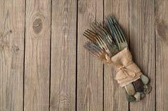 Tappninggaffel på träbräden Arkivbilder