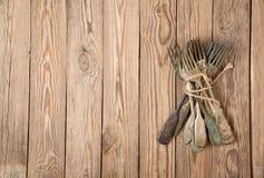Tappninggaffel på träbräden Arkivbild
