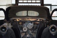 Tappninggaraget med den klassiska bilen upplivar Arkivfoto