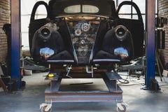 Tappninggaraget med den klassiska bilen upplivar Arkivfoton