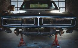 Tappninggaraget med den klassiska bilen upplivar Arkivbild