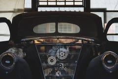 Tappninggaraget med den klassiska bilen upplivar Royaltyfria Foton