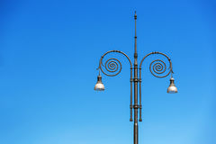 Tappninggatalampor i den blåa himlen Royaltyfri Foto