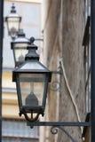 Tappninggatalampor på väggen royaltyfria foton