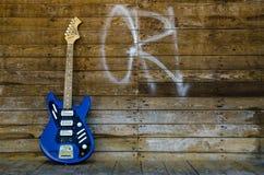 Tappninggitarr från 1965 på wood bakgrund Royaltyfria Foton