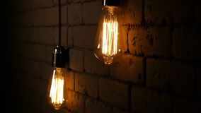 Tappninggl?dtr?dEdison ljus kula Lamporna tänder upp i mörkret Den glödande lampan med en volframglödtråd stock video
